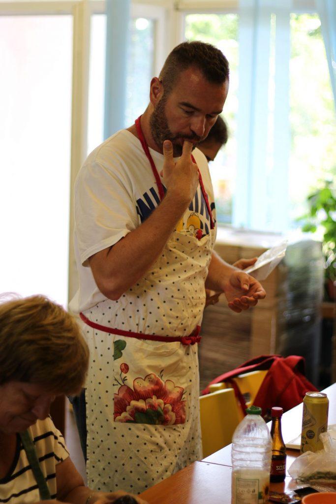 Kuchár Martin ochutnáva jedlo pri varení, či z náhodou dačo nechýba