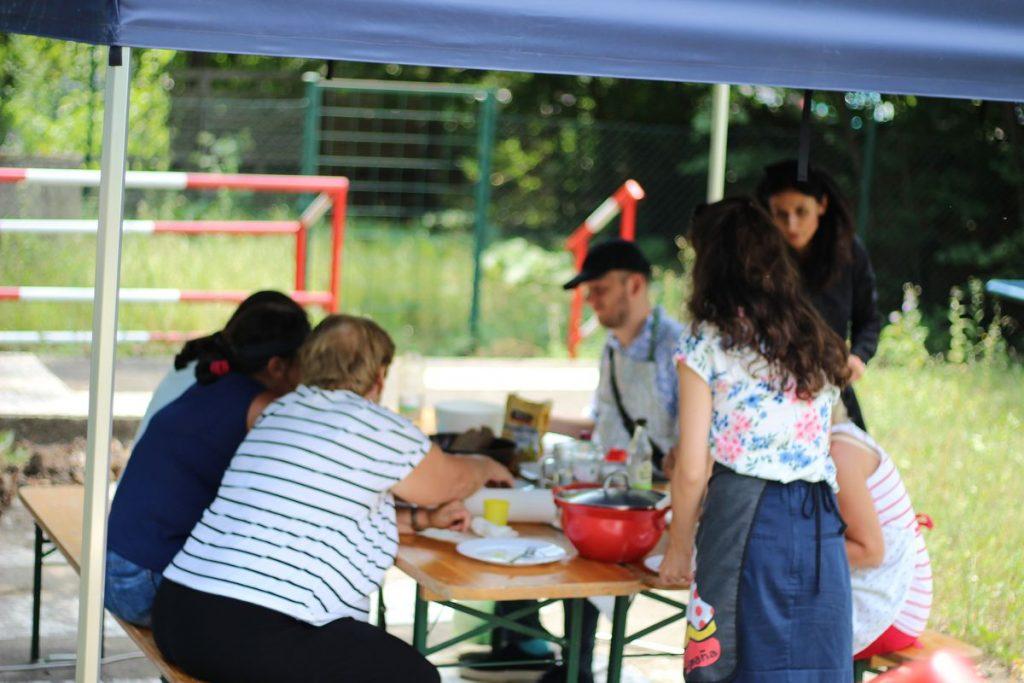Letné posedenie pod altánkom pri dobrom jedle, ktoré si účastníci kurzu ugrilovali