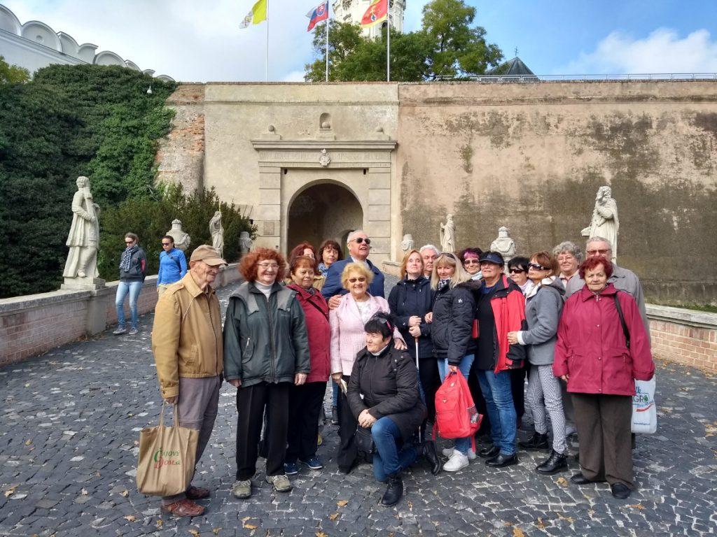 Spoločná fotografia účastníkov poznávacieho zájazdu na nitrianskom hrade.