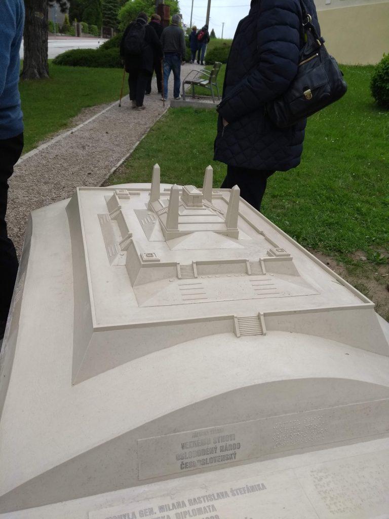 Model bradlianskej mohyli v mierke 1:100