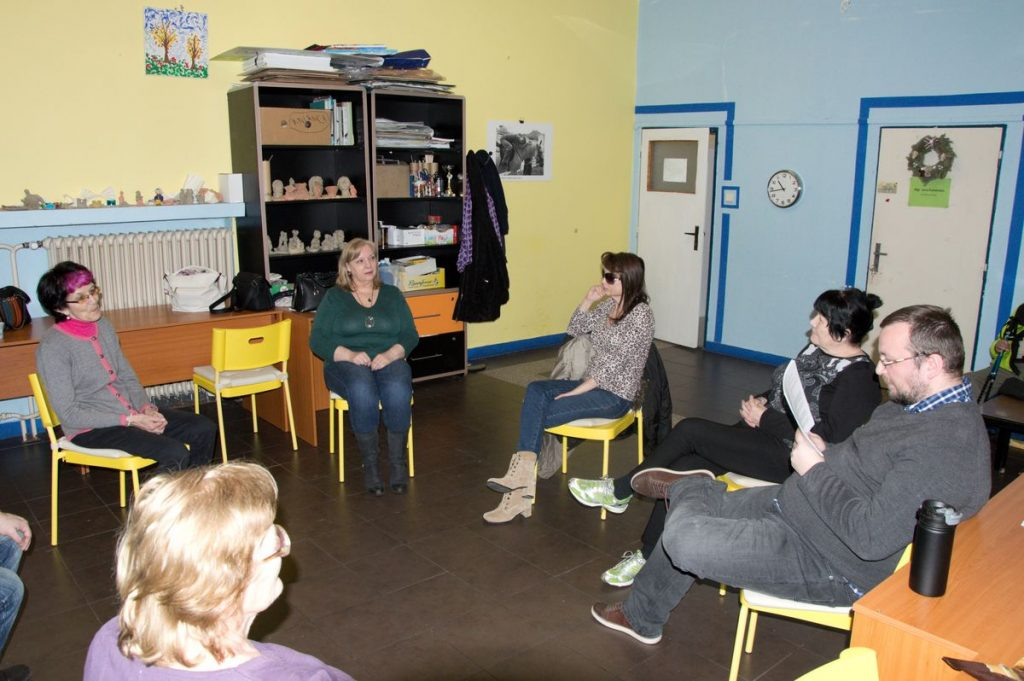 Účastníci kurzu sedia v kruhu a spoločne riešia úlohy zadané inštruktorom.