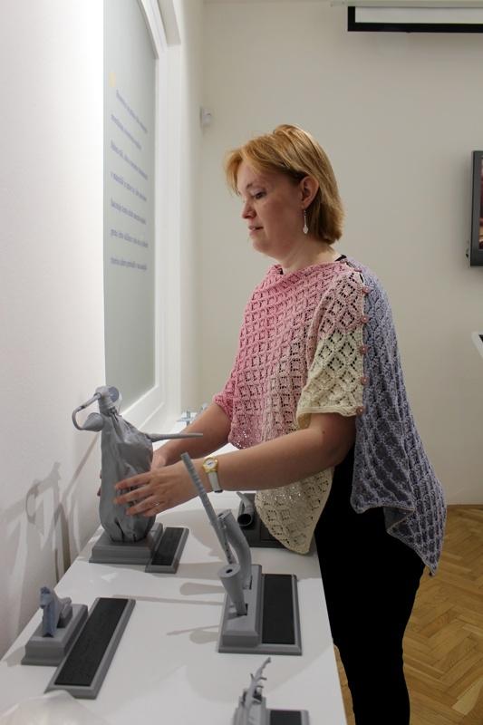 Na fotografii si návštevníčka výstavy prezerá model hodnobného nástroju gajdy